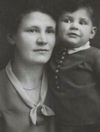 With her mum, 1930