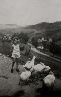 Anita occupied by her child duties in Zelená Hora (end of Kraslice) in 1940 or 1941