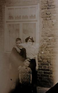 Anita´s cousin, mother and Anita (below) in Zelená Hora in Kraslice surroundings at the end of 1930s