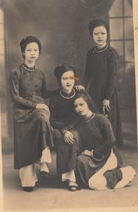 biological mother of Nhung (down) with her sisters