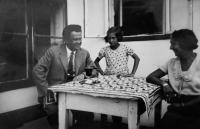 Věra with her parents in the summer house in Mödring near Horn, 1932
