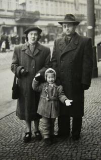 With her parents in Prague - Na Poříčí in 1953