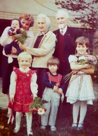 Rodiče Ludmila a Jaroslav Knápkovi s vnučkou a pravnuky