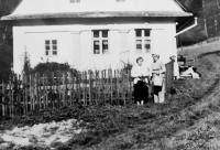 Radoslava Brovjáková a Soňa Jelínková u domu Knápků na Drozdovaké Pile