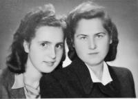 Radoslava Knápková (Brovjáková) se spolužačkou z rodinné školy