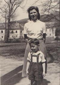 Olga se synem u Manětínského zámku