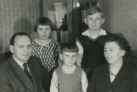 Uprostřed Vlastimil Bartoš s rodiči a sourozenci