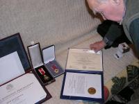 Radovan Procházka si prohlíží vyznamenání, Praha, březen 2007