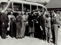 Ota Bukovský (druhý zleva) na výjezdu, zřejmě se spolupracovníky Ministerstva, asi 1950
