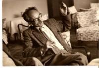 Ota Bukovský debatující, doma, Praha asi 1960