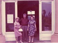 Mariana Bukovská (vlevo), teta Irča (tatínkova sestra) a její manžel Kornel, Teplice asi 1962