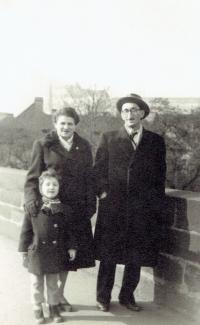 Rodina Bukovských na procházce v zimě, Praha asi 1953