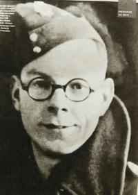 Chris Ayres - a British prisoner, who worked during war in a capture camp in Nýznerov and treated Vilma Hadwigerová´s sickle injury.