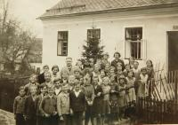 Municipal school in Nýznerov during war. In the photo there are also witness´sisters