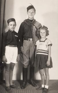 Father (Emil Vetter) with childern (Jaroslavem a Ivonou) (1948)
