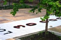 """Nápis """"30000 unesených-zmizelých"""" před klubem Atlético (Buenos Aires)"""