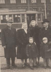 Jaroslav, tchyně, manželka, tchán, dvojčata, u Muzea 1954