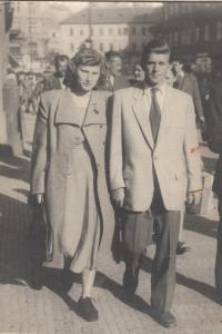 1948 září, s manželkou na ulici