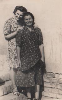 sestra Miluška a maminka Františka, roz. Plačková, 1944
