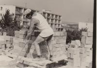 Jaroslav Hrubeš na melouchu - stavba vily v Radlicích 1977
