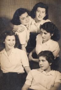 With friends: Michal Efrat (Eva Schlachet), Inka Teichner, Erika Ečka Rothová, Věra Rosenzweig, Osti Ströbinger--Ostrava, 1942