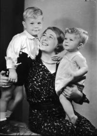 Naftali Fürst with his mother and older brother Peter