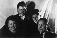 Naftali with family after liberation