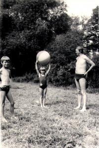 Ivo Mludek se svou sestrou Táňou a otcem Dieterem / asi 1971