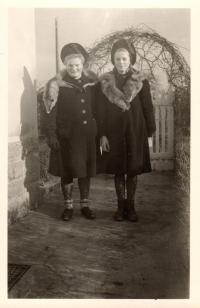 Sisters in front of the house of the painter Hanftmann