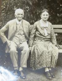 Jindřich and Johana Kačer, maternal grandparents.