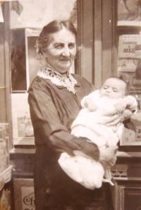 Hanka Neumannová with her grandma Johana Kačerová. 1930.