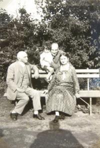 Hanka Neumannová with uncle, grandpa Jindřich and grandma Johana Kačer. 1932.