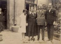 4. J. J. Pála s rodinou v původním domě na Pražském předměstí