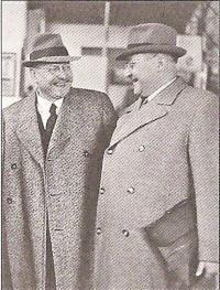 9. JUDr. Miroslav Haken (vpravo) se starostou Pálou v r. 1940