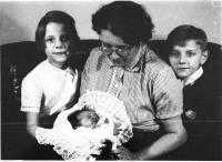 Jana with her siblings and mother 1956