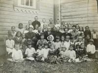 School class in the village of Bojarka in Volhynia. Evženie Hajná (Hamplová), the fourth from the right, sitting.