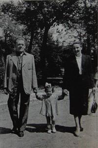 Rodiče pamětníka na procházce s vnučkou