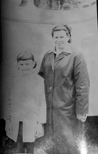Frau Marie Gruzova mit ihrer Tochter