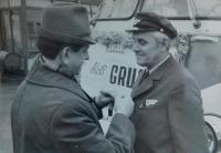 Rechts Alois Gruz als Fahrer in ČSAD