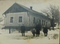 The house of the Holák family in the settlement of Frankov in Velké Dorohostaje in Volhynia in January 1947 (Anna Holátkova with the daughters Maria, Anna and Ludmila)