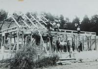 Construction of a new barn for the Holátkov family in 1935 in the settlement of Frankov in Velké Dorohostajích