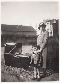 1933, Petr a matka, v kočárku bratr