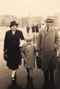 1938, Praha, Petr s rodiči