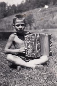 1938, Tábor u Tišnova, Petr s harmonikou