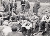 Na chmelové brigádě, rok 1952, na harmoniku hraje Lubomír Veteška souzený spolu s Jaroslavem Mojžíšem