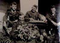 Peter Bedlek (v popredí) - fotografia z čias služby v útvaroch PTP (1951)