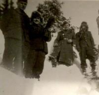 Peter Bedlek (v pozadí zľava) - práca v lesoch počas služby v útvaroch PTP (1951)
