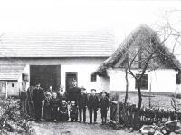 Josef Hora - rodina před rodným domem