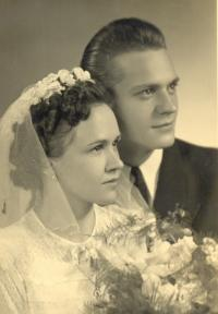 In wedding day in 1950 (1)