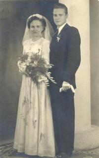 In wedding day in 1950 (2)
